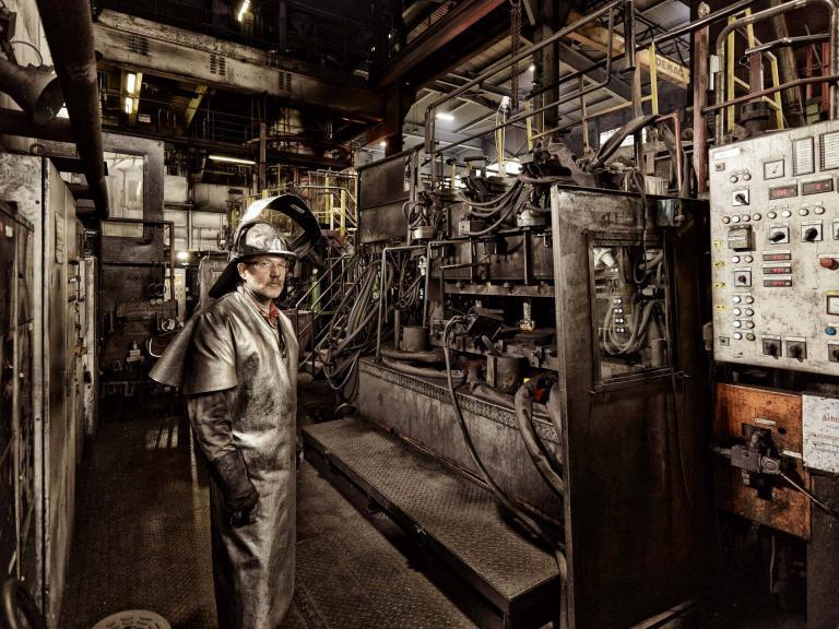 Industriefoto Arbeiter vor Industrieanlage der Kupferherstellung
