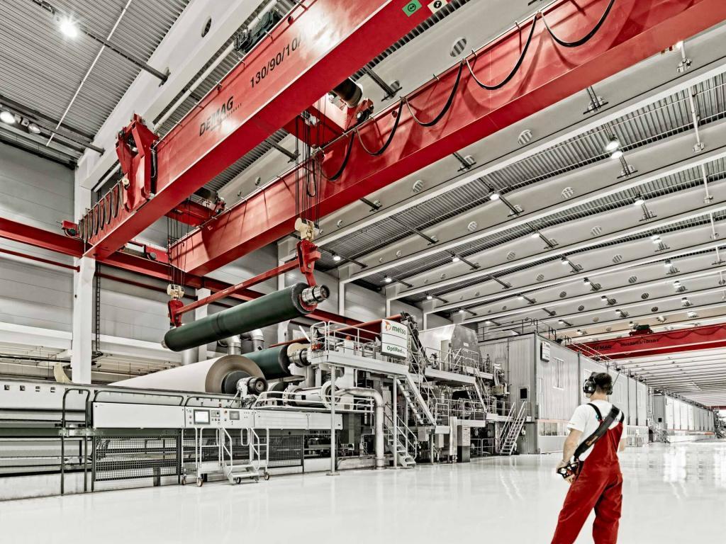Industriefotografie Kranführer wechselt eine Papierrolle in der Papierproduktion