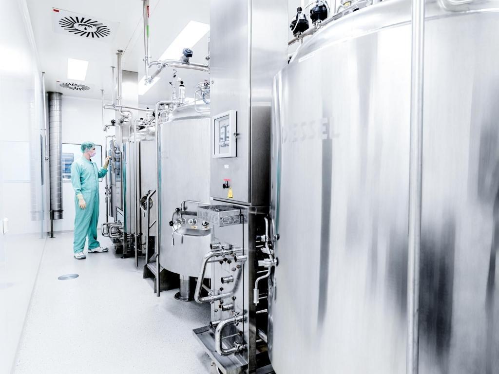 Pharmaindustrie Person kontrolliert die Anlagen
