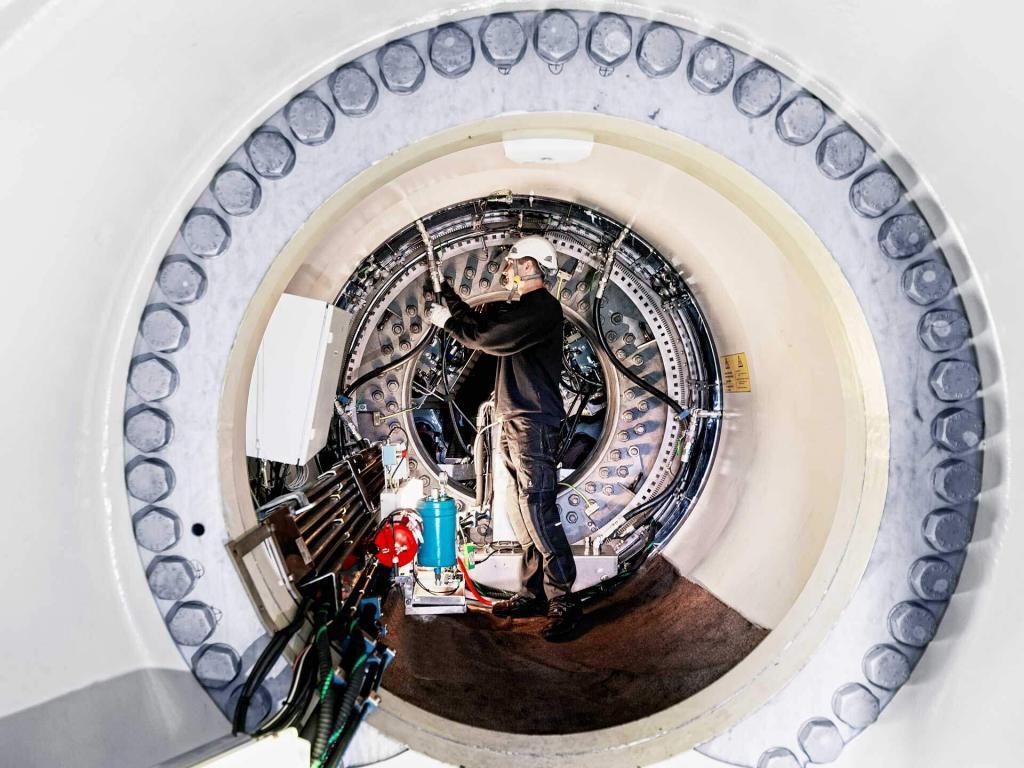 Industriefotografie Mann bei Montagearbeiten in einem Windkraftwerk